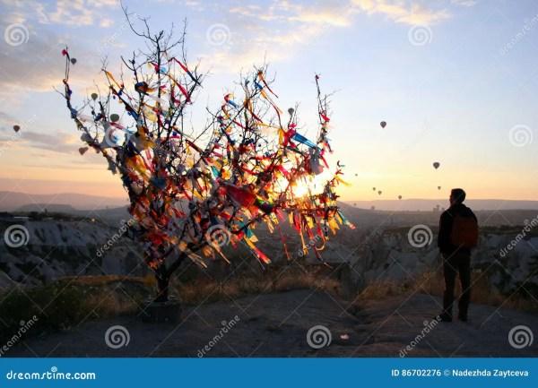 Восход солнца в горах с много воздушными шарами воздуха ...