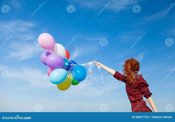 Девушка в платье шотландки с пестроткаными воздушными ...