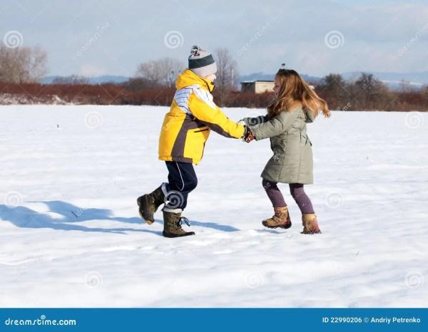 дети вниз играют снежок стоковое фото. изображение ...