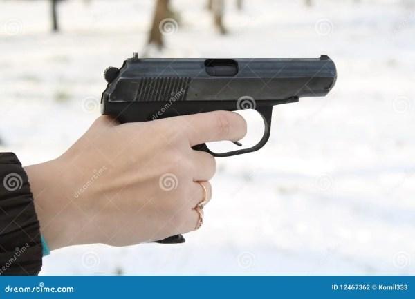 женская рука держит пистолет Стоковое Фото - изображение ...