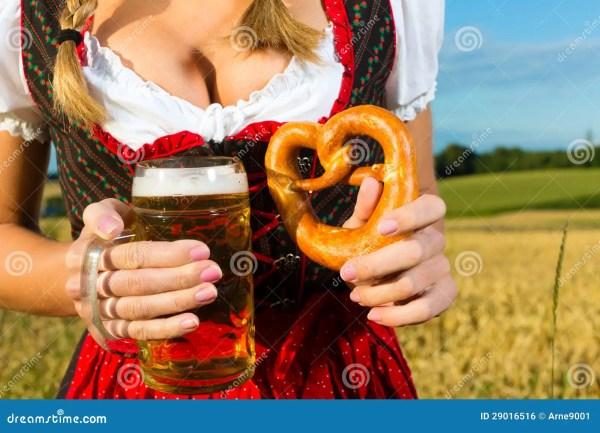Женщина с Tracht, пивом и кренделем в Баварии Стоковое ...