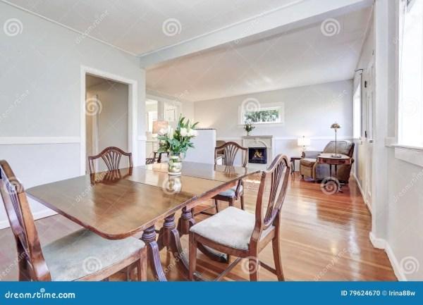 Интерьер столовой и живущей комнаты с высекаенной ...