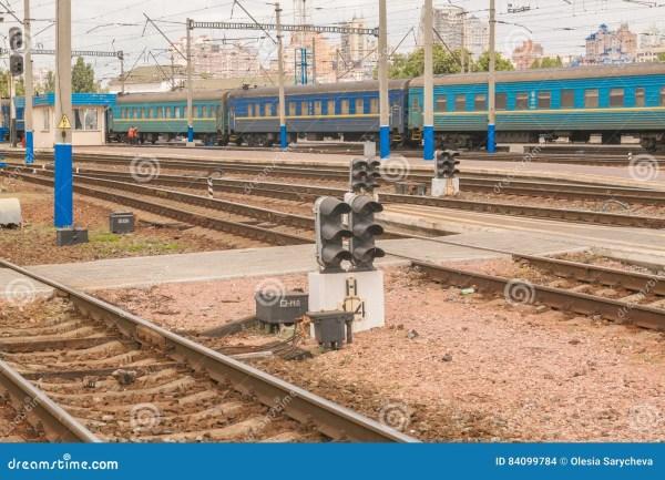 КИЕВ, УКРАИНА - 16-ОЕ МАЯ 2016: Железнодорожные пути на ...