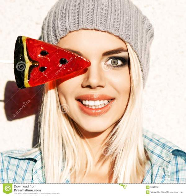 Красивая белокурая девушка в шляпе Beanie с глазом Smokey ...
