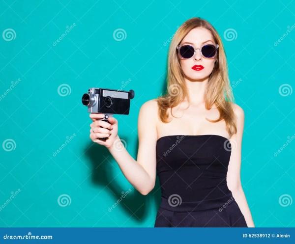 Красивая модная девушка представляя и держа винтажный ...