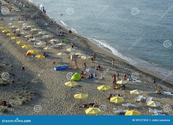 Люди ослабляют на пляже Чёрного моря в Sinemorets ...