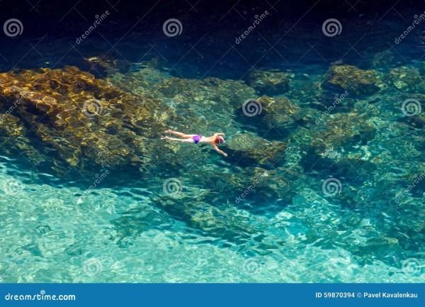 Мальчик в маске плавает в море Стоковое Фото - изображение ...