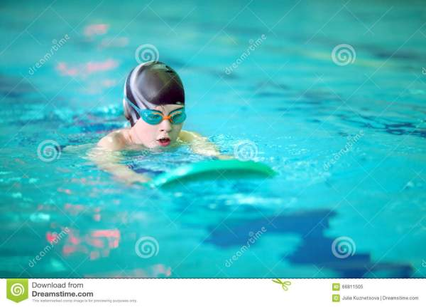 Мальчик плавает в бассейне стоковое изображение ...