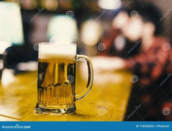 Пиво в бакалее Стекло с свежим пивом проекта лагера с ...