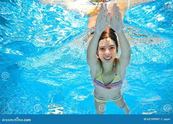Ребенок плавает в бассейне под водой, девушка имеет потеху ...