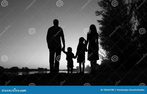 Силуэт счастливой семьи с детьми Стоковое Фото ...