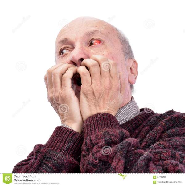 Старший сотряс человека с раздражанным красным Bloodshot ...