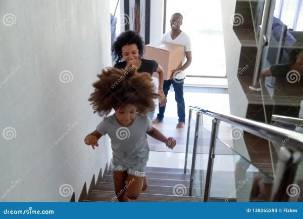 Счастливый черный ребенок бежать вверх двигать с ...