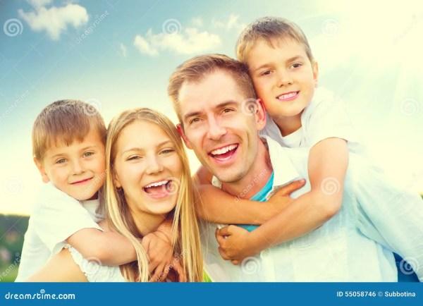 Счастливая радостная молодая семья Стоковое Фото ...