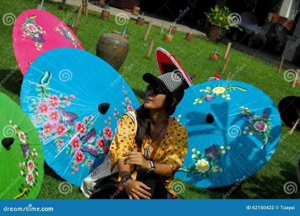 Тайские женщины путешествуют и портрет с Handmade зонтиком ...