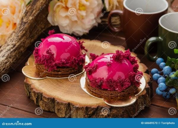 Французское печенье с розовой поливой и бургундским тортом ...