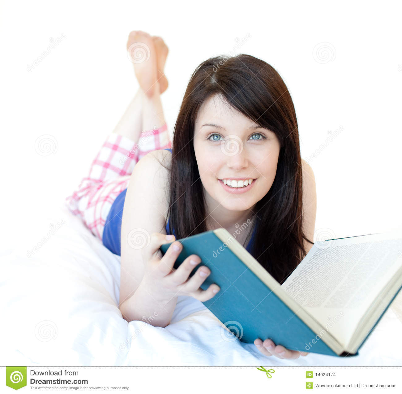 Beautiul Teen Girl Studying Lying On A Bed Stock Images