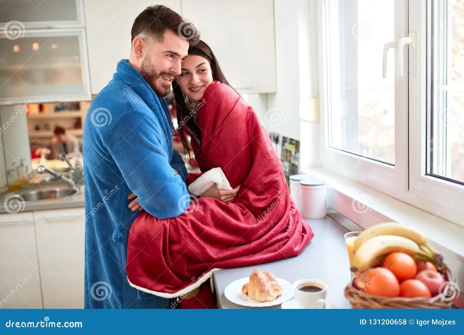 https fr dreamstime com beaux couples l amour cuisine image131200658