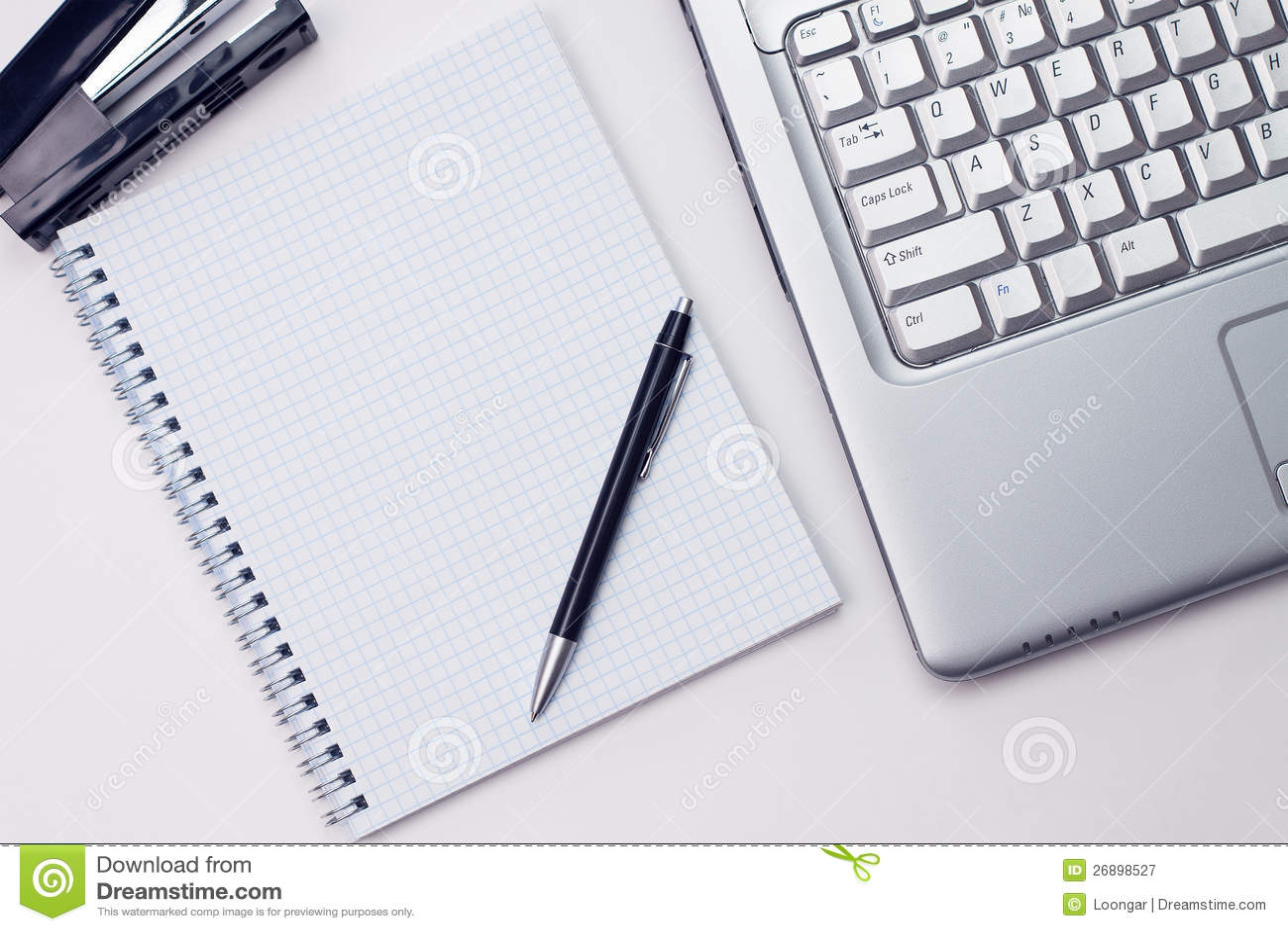 bloc notes et ordinateur portatif blanc dans le bureau
