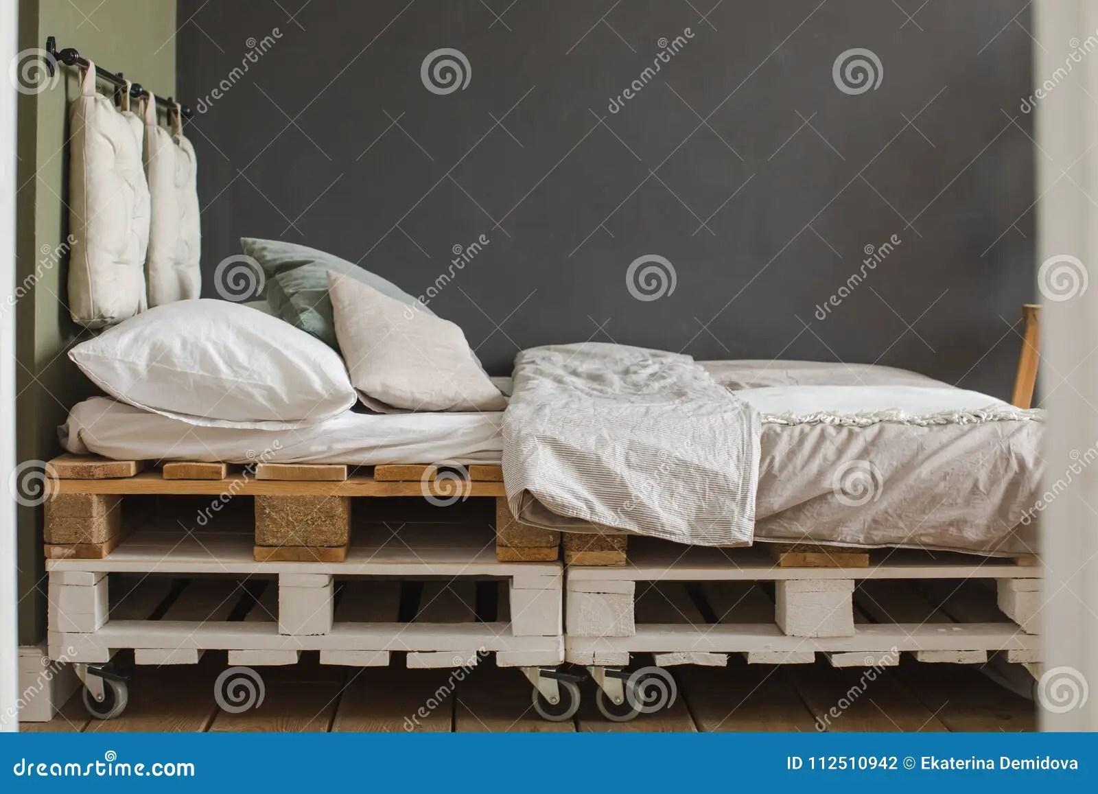 cadre de lit de palette reutilise par chambre a coucher industrielle de style