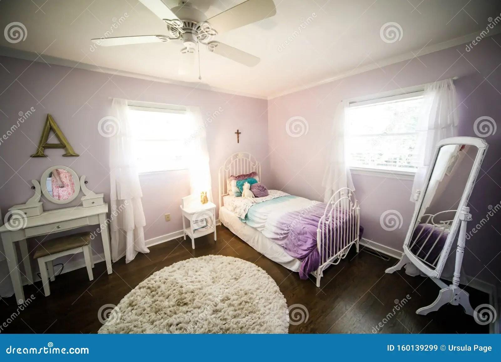 Il colore lilla è molto indicato per le camere da letto perché è distensivo e può riuscire nel realizzare una zona pacifica e rilassante. Camera Da Lettogiovane Ragazza Pareti Lilla E Letto Color Porpora Di Colore Viola Immagine Stock Immagine Di Appartamento Comodo 160139299