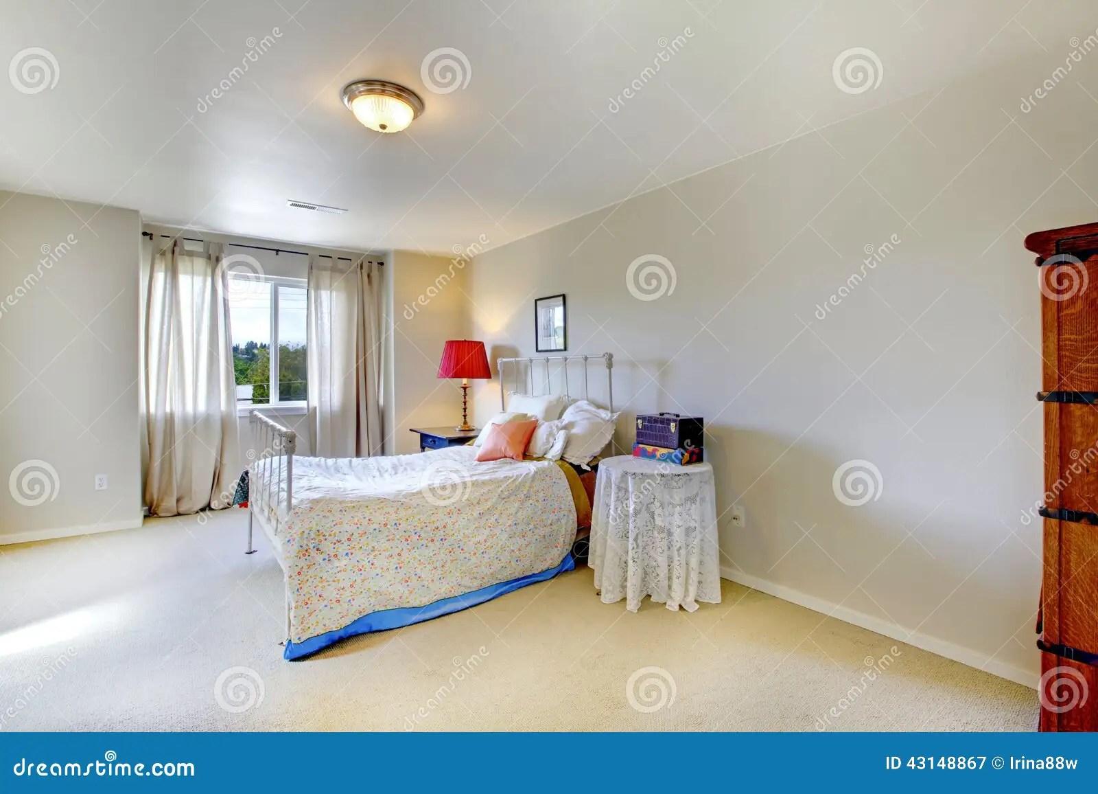 chambre a coucher lumineuse avec la fenetre meuble avec le lit antique de cadre de fer