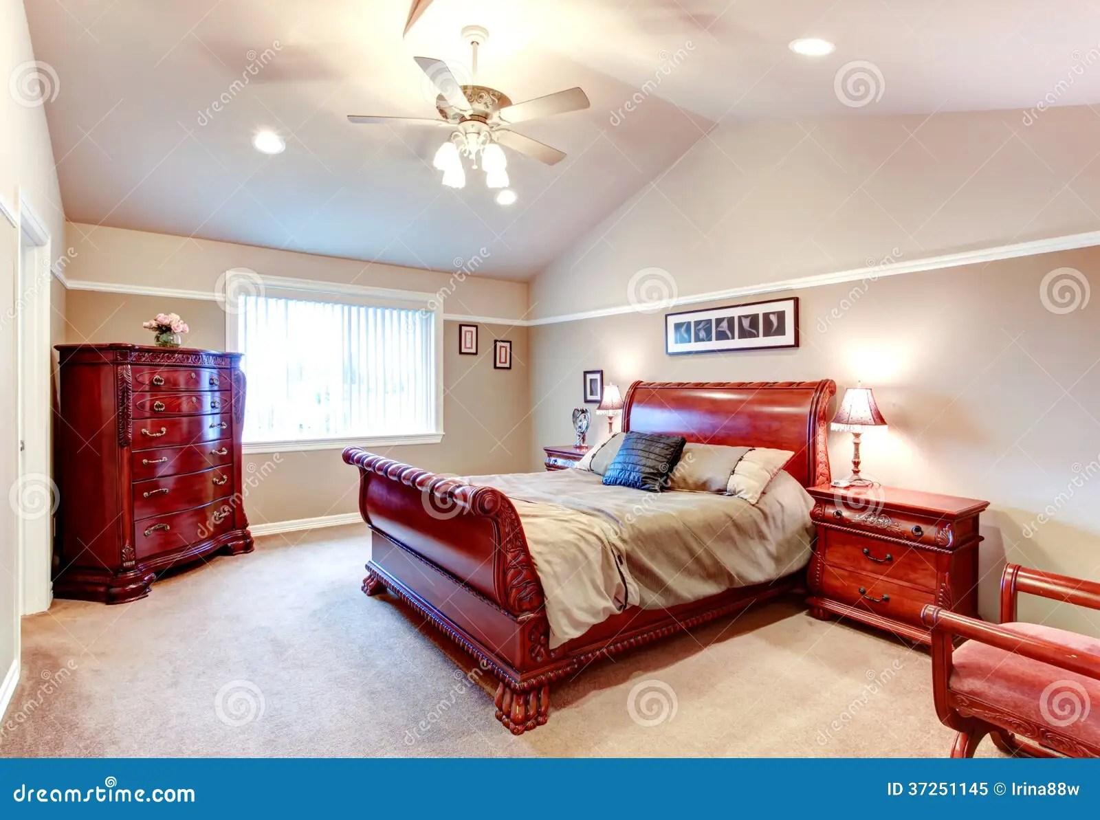 chambre a coucher lumineuse de plafond de cathedrale avec le carv merveilleux d antiquite de chene