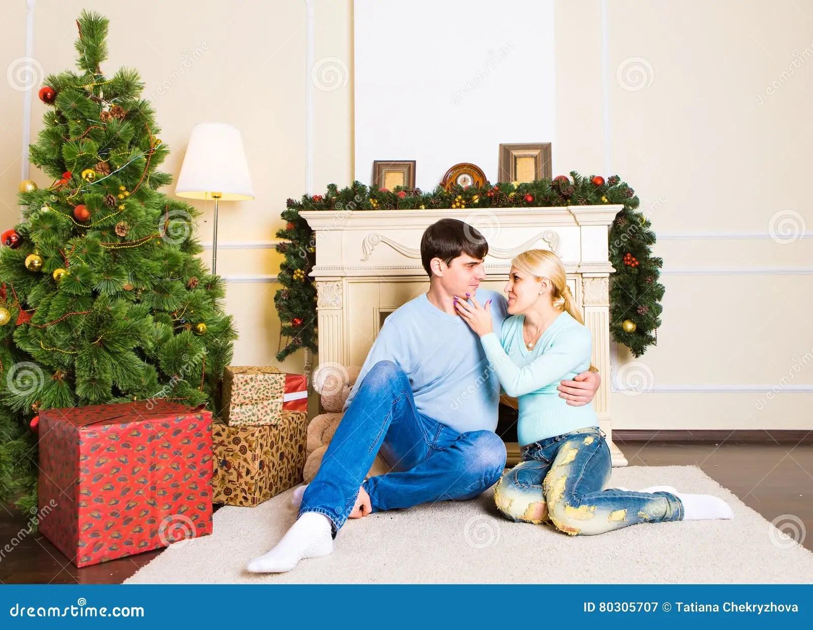 couples gentils d amour se reposant sur le tapis pres de la cheminee femme et homme celebrant noel image stock image du famille boyfriend 80305707