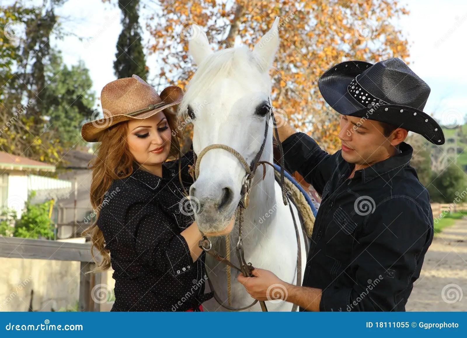 Cowboy E Cowgirl Com Cavalo Imagem De Stock