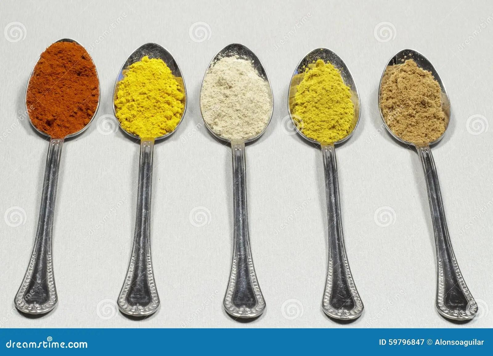 cuillerees a soupe de differents types des poudres et de colorant alimentaire d epice image stock image du poudres epice 59796847