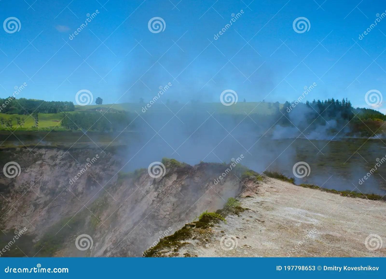 de geyser pohutu dans la vallee whakarewarewa thermique de rotorua dans l ile du nord de la nouvelle zelande pohutu veut dire l image stock image du exterieur fontaine 197798653