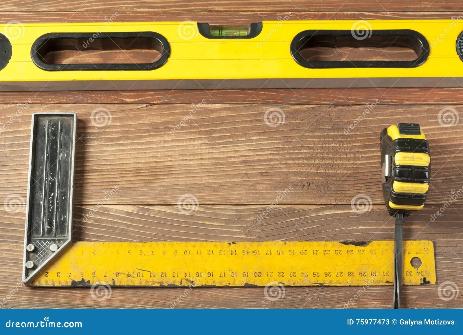 ensemble d outils a la table en bois dosez la ligne de mesure niveau de construction et concept d entretien carre de dirigeant image stock image du conception mesure 75977473