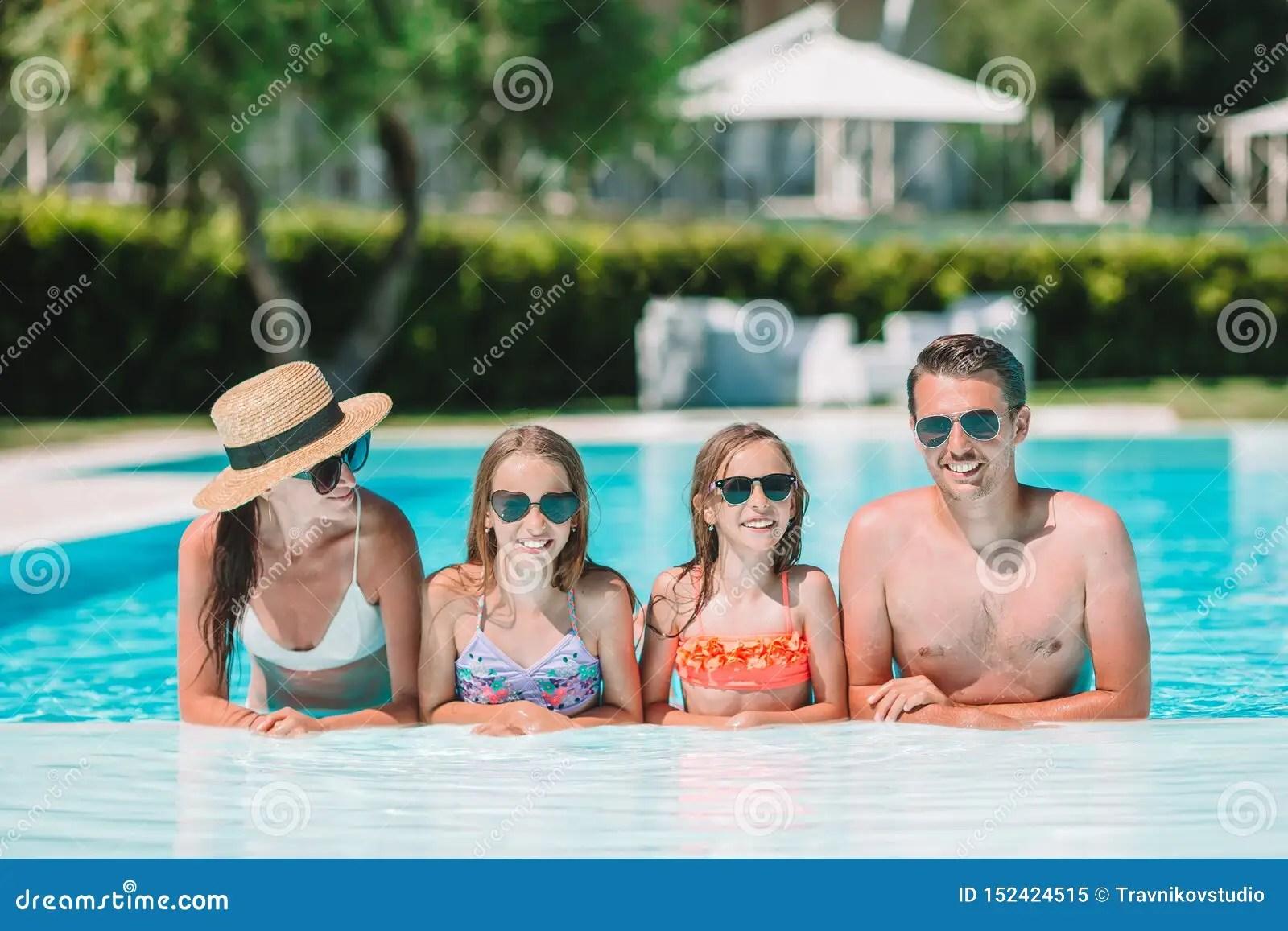 famille de quatre heureuse dans la