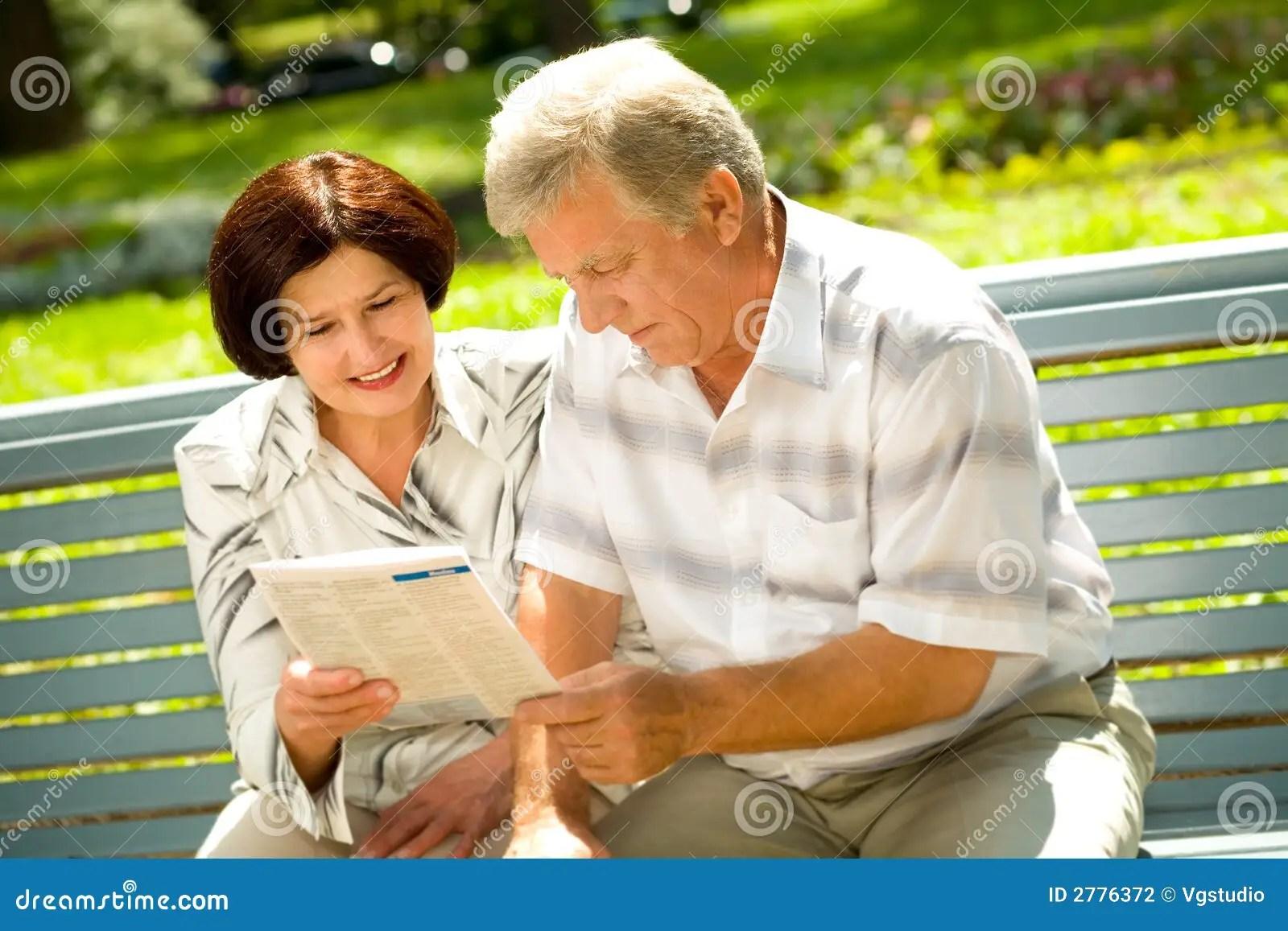 Happy Elderly Couple Reading Stock Photography