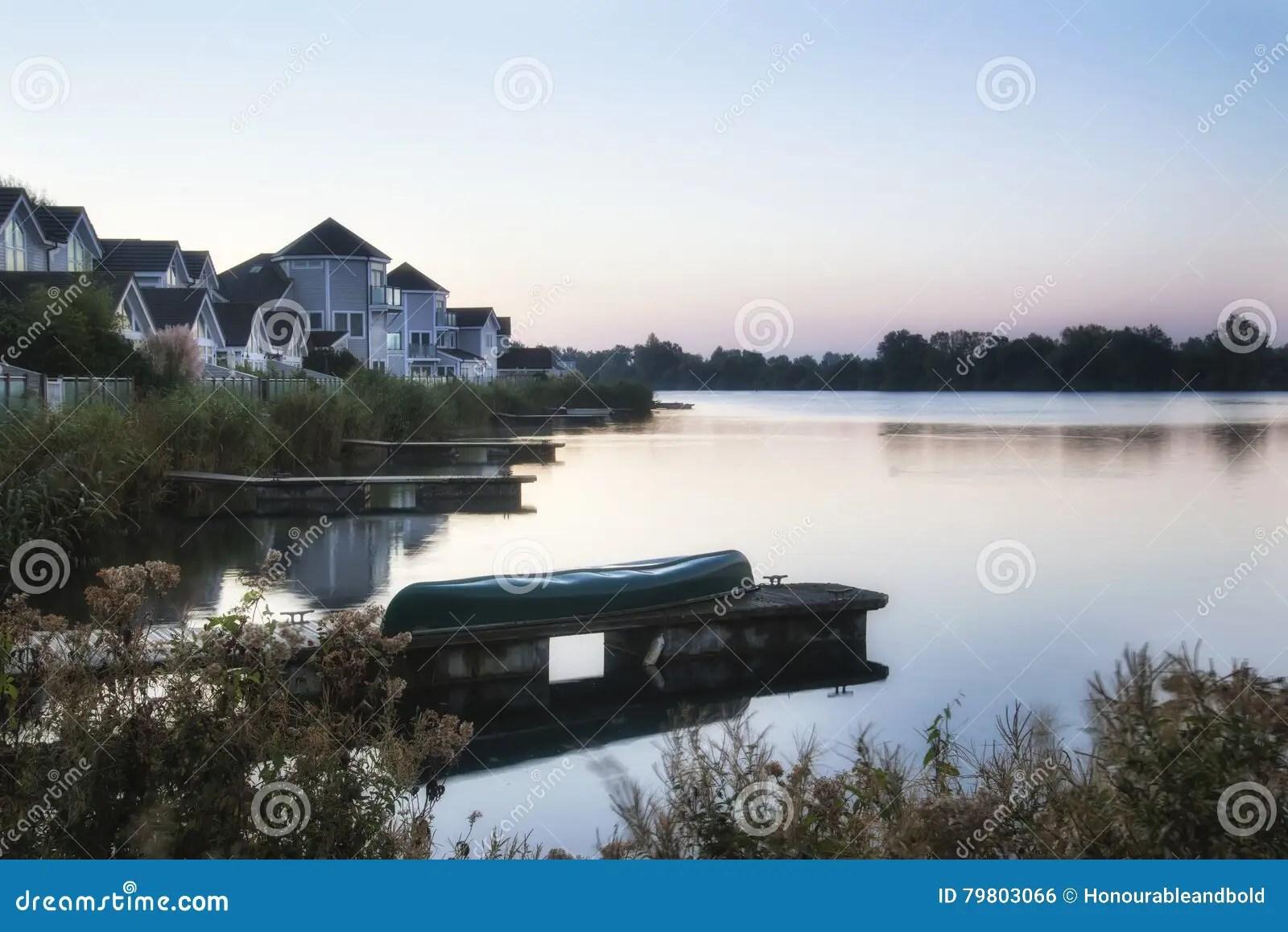 belle image de paysage de lever de soleil de ciel clair au dessus de lac calme