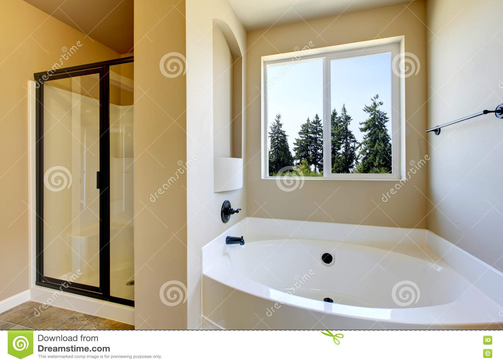interieur beige de salle de bains avec la douche blanche de baignoire et en verre image stock image du miroir home 75280371