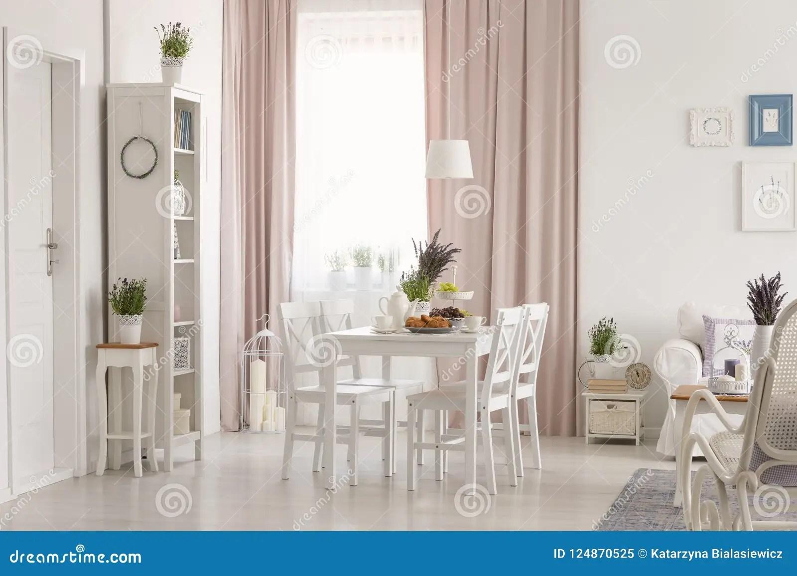interieur plat blanc avec la fenetre