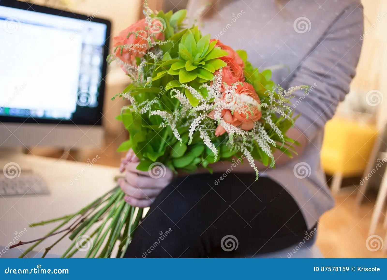 la livraison de fleur au bureau jeune femme heureuse tenant le beau bouquet