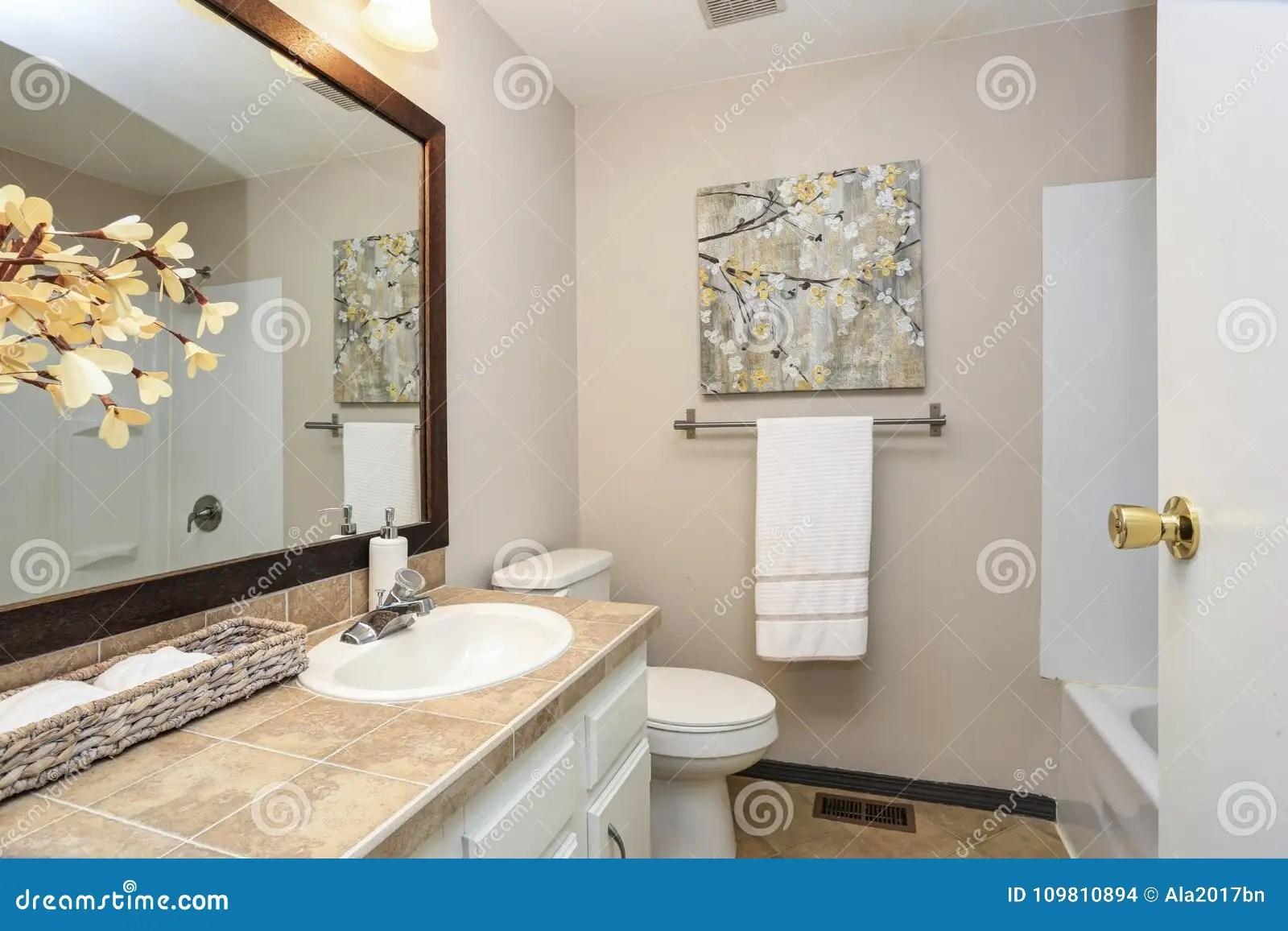 la salle de bains creme revendique une