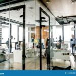 Modernes Helles Kleines Buro Mit Glaswanden Glastur Panoramafenster Stockfoto Bild Von Helles Glaswanden 116100498