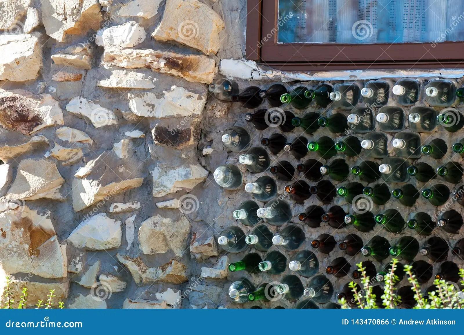 https fr dreamstime com mur fait bouteilles en verre vertes brunes partie d maison faite foudre ridge australia image143470866
