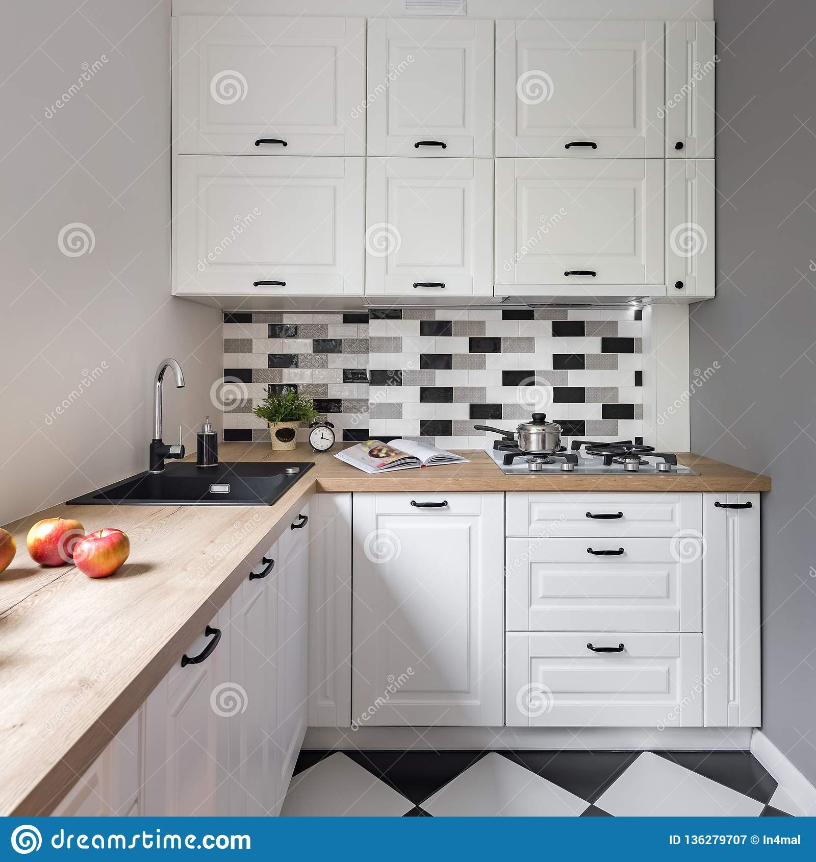 https fr dreamstime com petite cuisine les meubles blancs image136279707