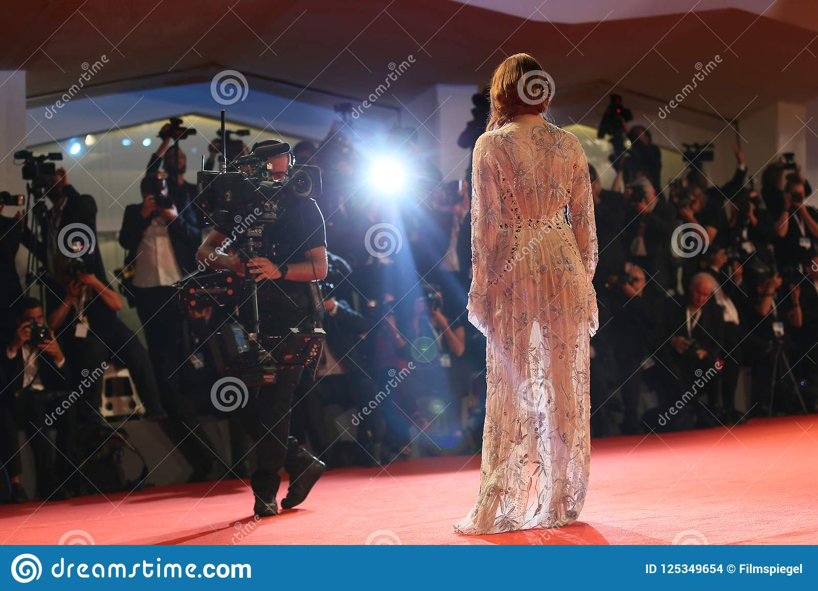 https fr dreamstime com promenades d emma stone actrice tapis rouge image125349654