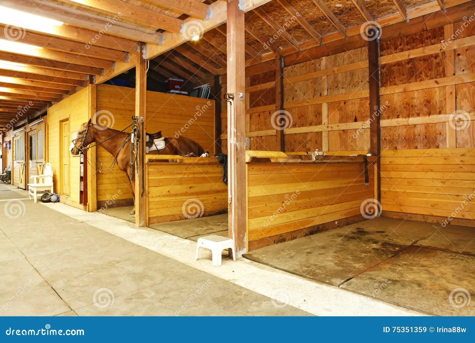 ranch de cheval en washington state avec la grande grange avec des ecuries