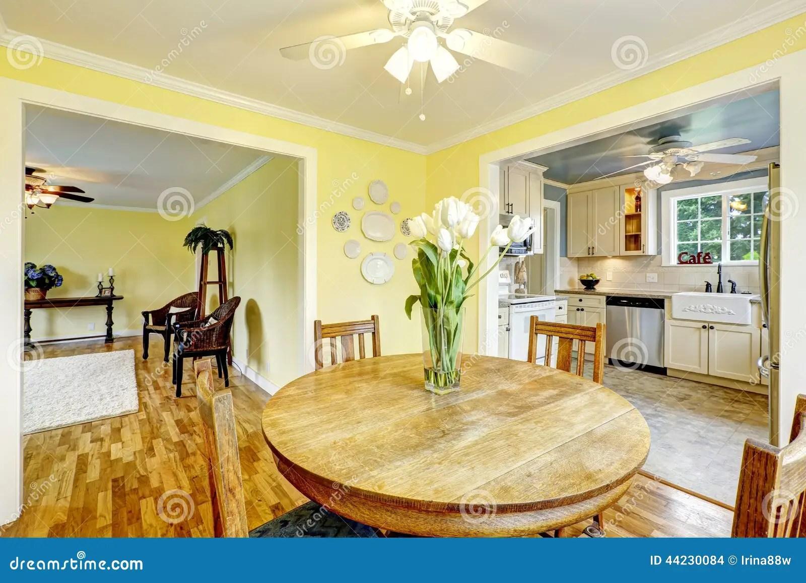 salle a manger jaune lumineuse photo stock image du lumineuse salle 44230084