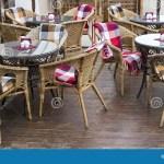 Stuhle Mit Bunten Wolldecken Und Tabellen Auf Der Terrasse Einer Strasse Stockbild Bild Von Wolldecken Strasse 55967633