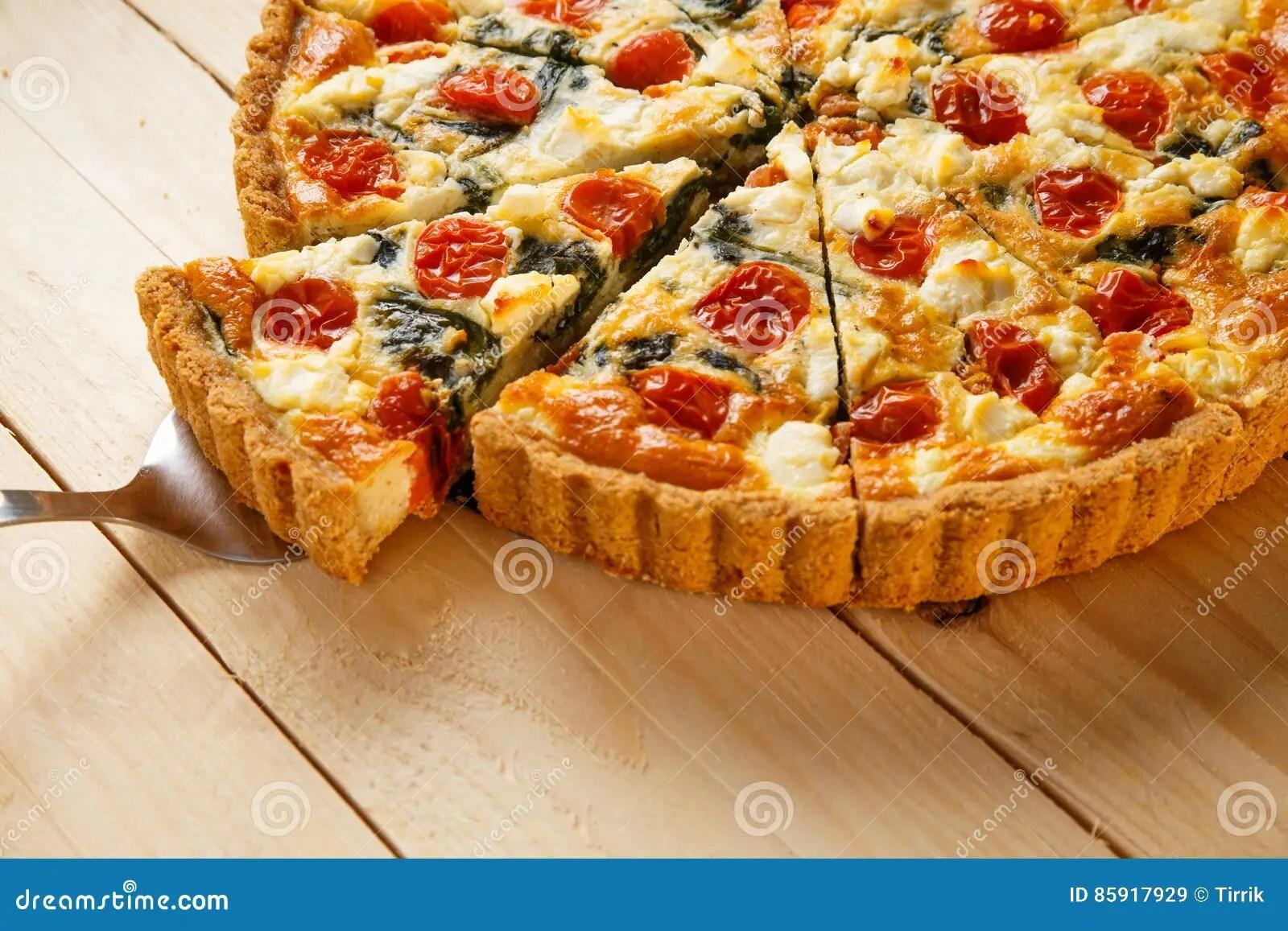 tarte fait maison vegetarien quiche avec des tomates epinards et feta