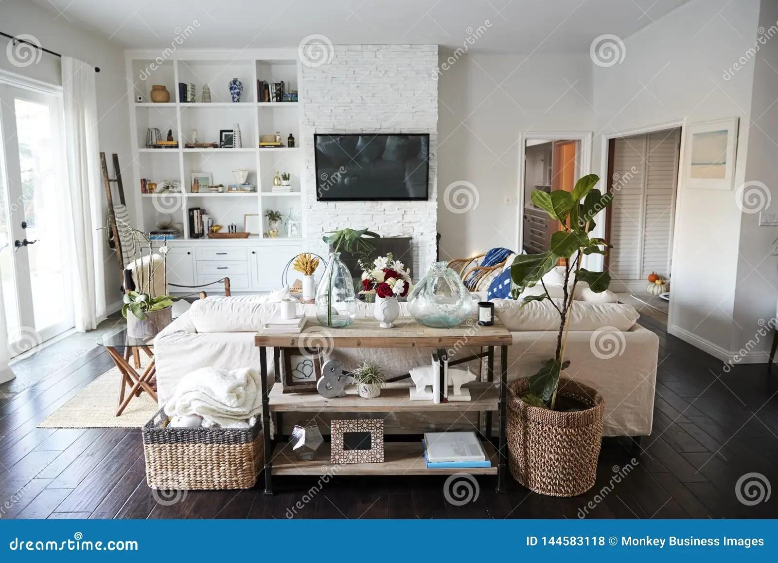 salon de famille avec les murs blancs