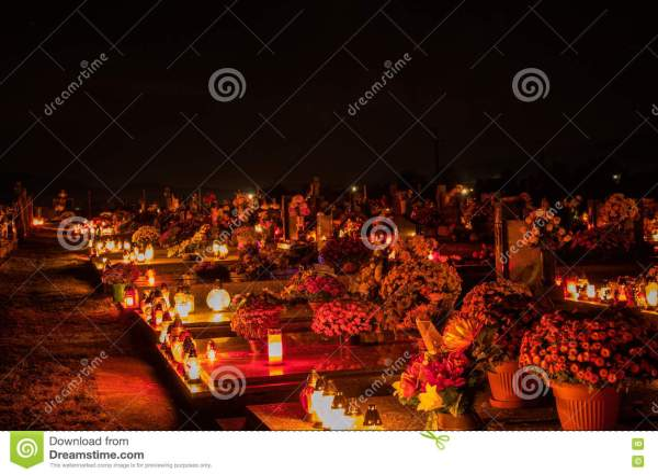 Votive свечи фонарика горя на могилах в кладбище словака ...