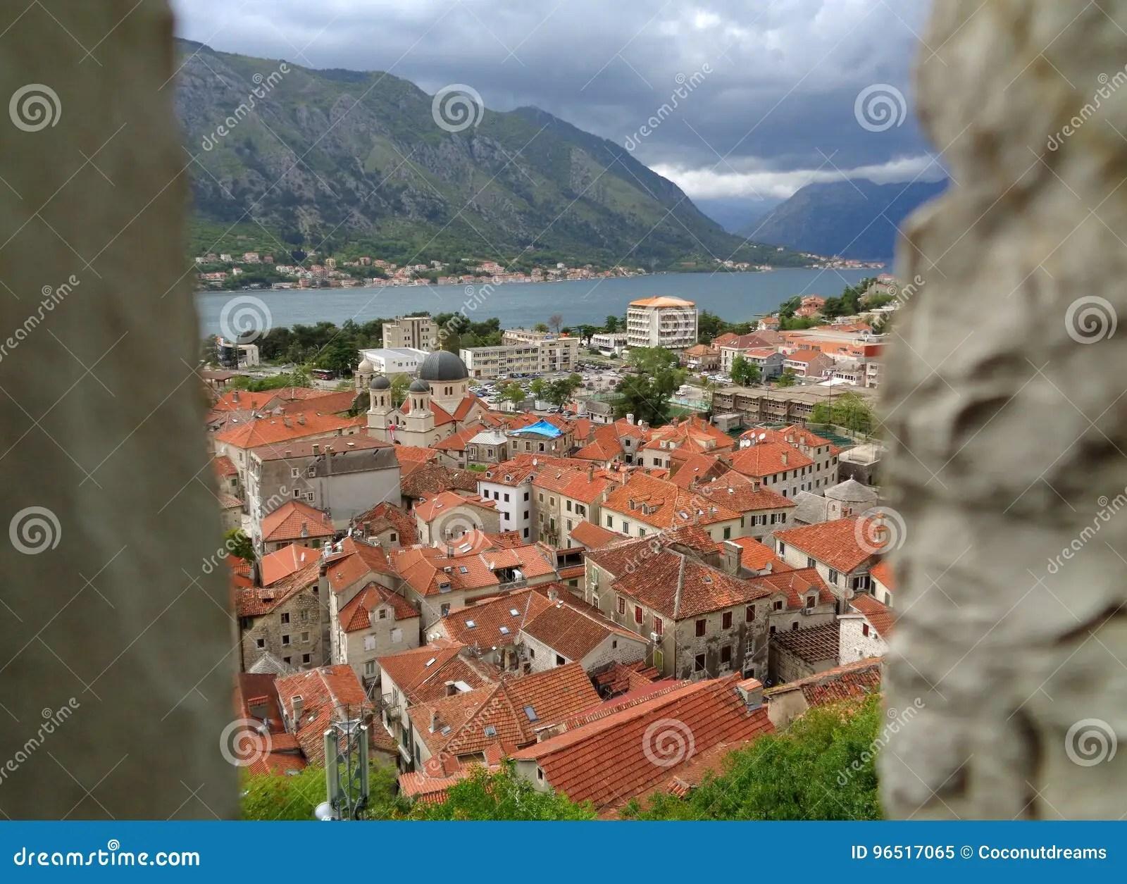 vue renversante de vieille ville de kotor et de baie de kotor vues du rempart